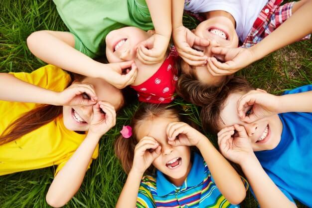 dzieci-bawiace-sie-na-trawie_1098-504